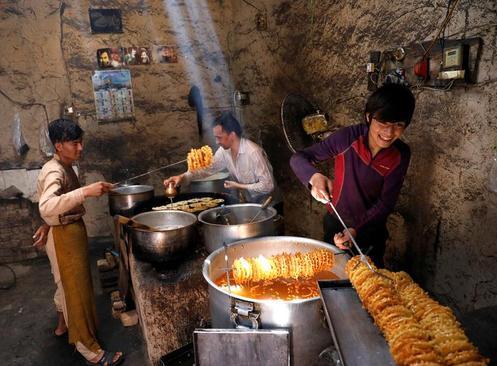 درست کردن زولبیا و بامیه در یک کارگاه در شهر کابل افغانستان/ رویترز