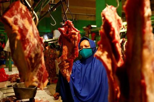 خرید شب عید فطر در بازاری در شهر جاکارتا اندونزی/ رویترز
