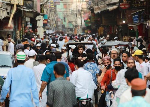 شلوغی و ازدحام خرید عید فطر در بازاری در شهر دهلی (پایتخت) هندوستان/ رویترز