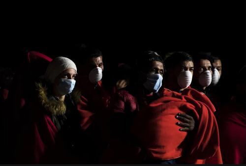 پناهجویان شمال آفریقا در قایق نجات در سواحل اسپانیا/ گتی ایمجز