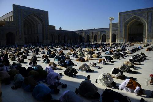 اقامه نماز عیدفطر در مسجد جامع شهر هرات افغانستان/خبرگزاری فرانسه