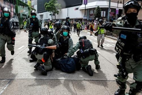 تظاهرات معترضان دموکراسی خواه هنگکنگی در اعتراض  به لایجه امنیتی جدید هنگکنگ که با فشار دولت چین در حال تصویب است. / خبرگزاری فرانسه و رویترز