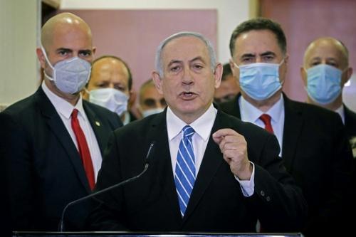 بنیامین نتانیاهو نخست وزیر اسراییل در نشست خبری پیش از حضور در نخستین جلسه دادگاه رسیدگی به اتهامات فساد مالی در شهر قدس/ خبرگزاری فرانسه