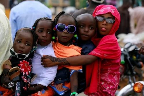 نشستن 5 کودک پشت موتور/ نیجریه/ رویترز