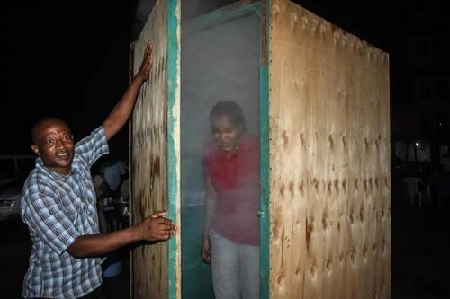 اتاقک استنشاق بخار که از سوی یک گیاه شناس تانزانیایی به عنوان یک اقدام پیشگیرانه در برابر ویروس کرونا درست شده است./خبرگزاری فرانسه