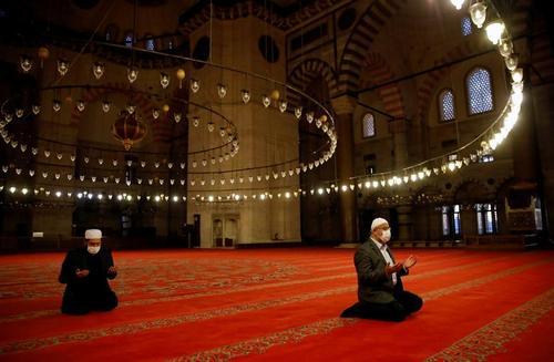 نماز خواندن خادمان مسجد سلیمانیه شهر استانبول ترکیه پشت درهای بسته در تعطیلات عیدفطر در ترکیه  رویترز