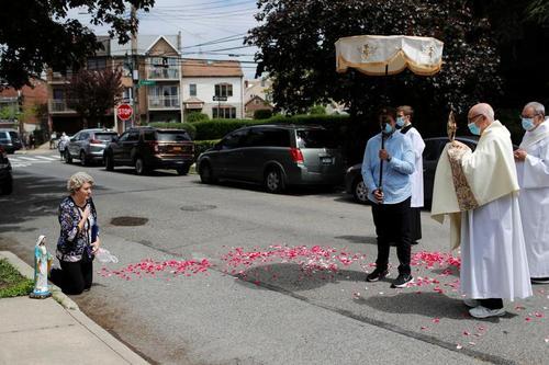 دعای کشیش کلیسایی کاتولیک در محله