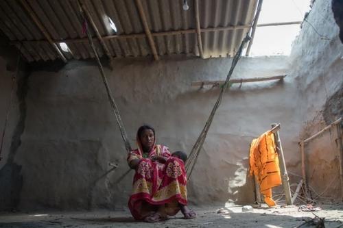 شیر دادن مادر هندی به فرزند در خانه/ بنگال غربی/پاسیفیک پرس