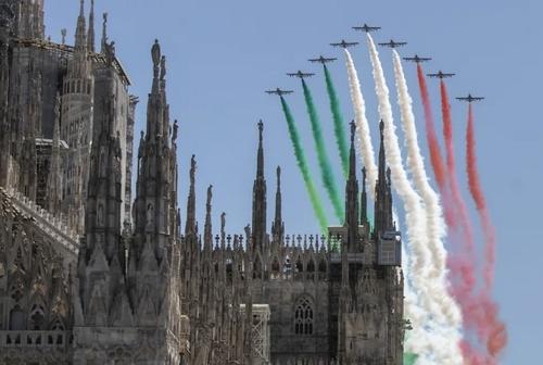 نمایش هوایی به مناسبت هفته منتهی به هفتادوچهارمین سالگرد تاسیس نظام جمهوری در ایتالیا/ شهر میلان/ آسوشیتدپرس