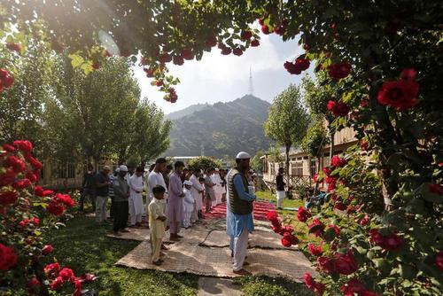 نماز عیدفطر در باغچه یک خانه در کشمیر/ رویترز