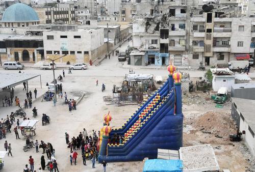 سرسره بازی کودکان در نخستین روز از تعطیلات عید فطر در شهر