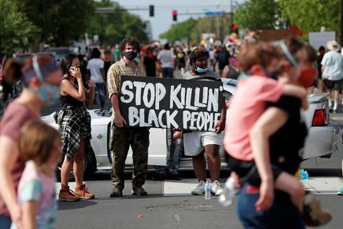 تظاهرات علیه نژادپرستی پلیس و مرگ یک مرد سیاه پوست به دست یک افسر پلیس در شهر
