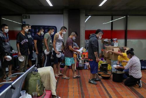 توزیع غذا بین 200  شهروند كلمبیایی كه به دلیل محدودیتهای ناشی از کرونا به طور موقت در فرودگاه بینالمللی