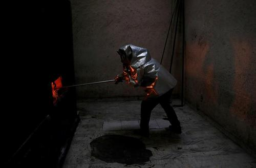 فعالیت شبانهروزی و بی وقفه کوره سوزاندن اجساد کرونایی در شهر مکزیکوسیتی/ رویترز وEPA
