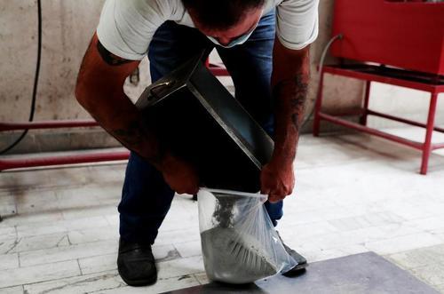 جمع آوری خاکستر هر فوتی کرونایی به صورتی جداگانه برای تحویل دادن به خانوده ها