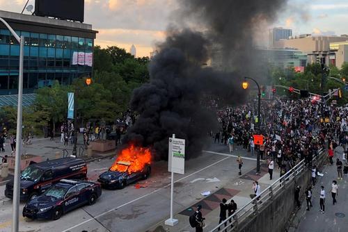 تظاهرات در سراسر آمریکا علیه خشونت نژادپرستانه پلیس آمریکا در قتل یک مرد سیاه پوست در شهر مینیاپولیس/ شهر آتلانتا مرکز ایالت جورجیا آمریکا/ رویترز
