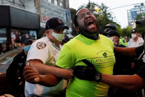 دستگیری یک مرد معترض در جریان تظاهرات علیه قتل