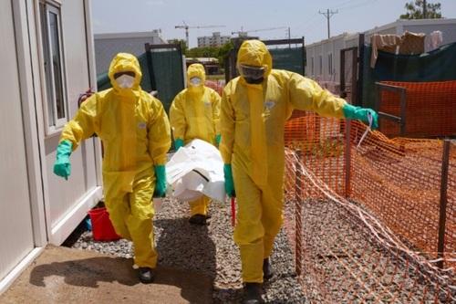 کارکنان نظام بهداشت در حال حمل جسد یک جان باخته از کرونا در شهر