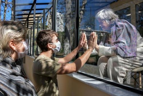 ملاقات جوان برزیلی با مادربزرگ 81 ساله از پشت شیشه در بیمارستانی در شهر