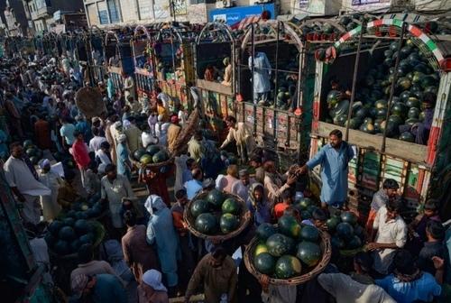بازار میوه شهر لاهور پاکستان پس از رفع محدودیتهای قرنطینه و در ازدحام مشتریان و فروشندگان/ پاسیفیک پریس