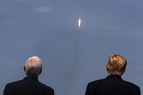 ترامپ و معاونش مایک پنس در حال تماشای پرتاب