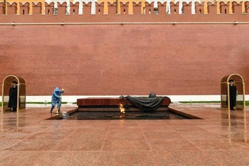 شستشوی مقبره سرباز گمنام در مسکو/ خبرگزاری فرانسه