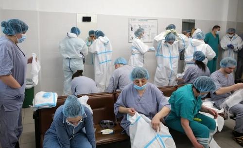 تغییر شیفت کاری کادر درمانی در بخش بستری بیماران کرونایی در بیمارستانی در شهر مسکو روسیه/ ایتارتاس