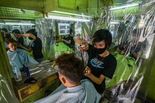 بازگشایی آرایشگاهها و پیرایشگاهها در شهر مانیل فیلیپین/ خبرگزاری فرانسه