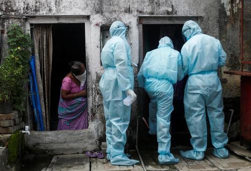 کادرهای بهداشت هند در حال کنترل دمای بدن ساکنان زاغه نشینهای حومه شهر بمبئی/ رویترز و خبرگزاری فرانسه