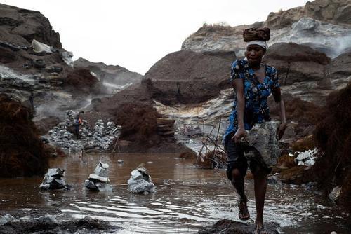 یک زن در حال کار در یک معدن غیررسمی (غیرقانونی) سنگ گرانیت در کشور