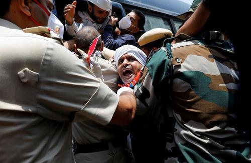 دستگیری تظاهراتکنندگان ملیگرا هندی در جریان تظاهرات بر ضد چین در شهر دهلی. معترضان به کشته شدن 20 سرباز هندی در جریان درگیری مرزی با چین اعتراض میکنند./ رویترز