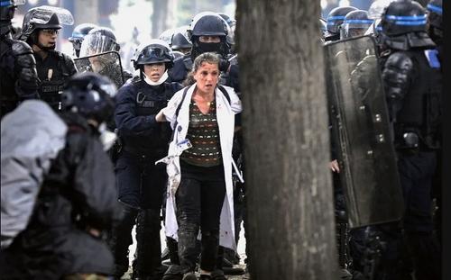تظاهرات اعتراضی کادر درمان فرانسه در اعتراض به کمبودهای نظام بهداشتی در مبارزه با کرونا ویروس/ پاریس/ خبرگزاری آناتولی