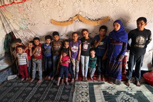 خانواده سوری در اردوگاه آوارگان در منطقه مرزی با ترکیه/ رویترز