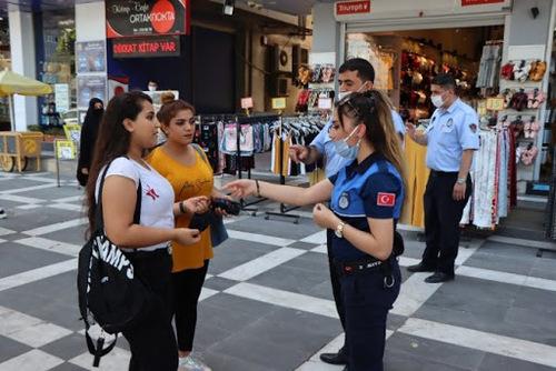 تذکر پلیس به دو زن ماسک نزده در شهر