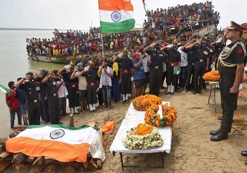 تشییع پیکر یکی از سربازان کشته شده هند در درگیری مرزی با چین در استان