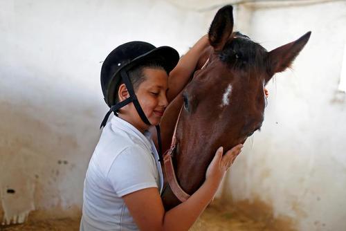 اسب سوار نوجوان فلسطینی با اسب خود پیش از آغاز مسابقات پرش اسب در باریکه غزه/ رویترز
