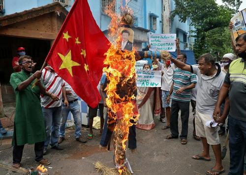 تظاهرات و گردهمایی علیه چین در شهر کلکلته هندوستان. این تظاهرات در پی درگیری مرزی هفته گذشته چین و هند و کشته شدن 20 سرباز هندی برگزار شد./ رویترز