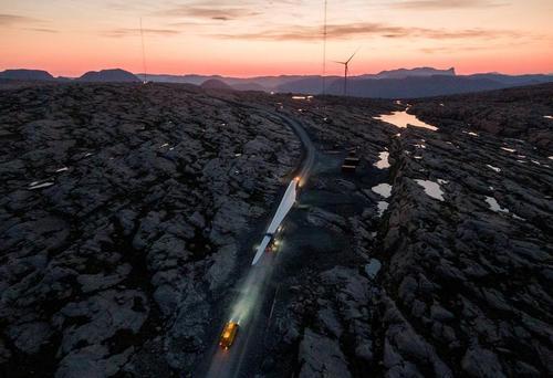 حمل یک پَره 70 متری از یک توربین بادی به نیروگاهی بادی در نروژ/ رویترز