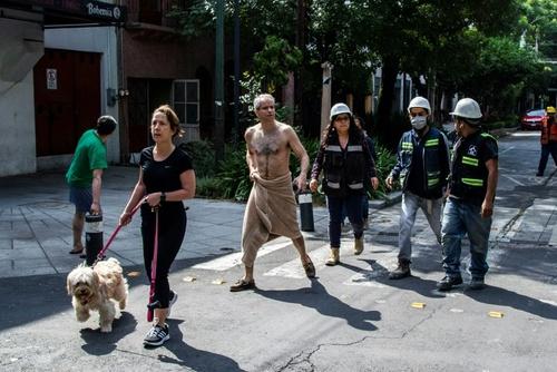 حضور هراسان مردم در خیابان پس از زلزله 7.7 ریشتری در پایتخت مکزیک/ خبرگزاری فرانسه
