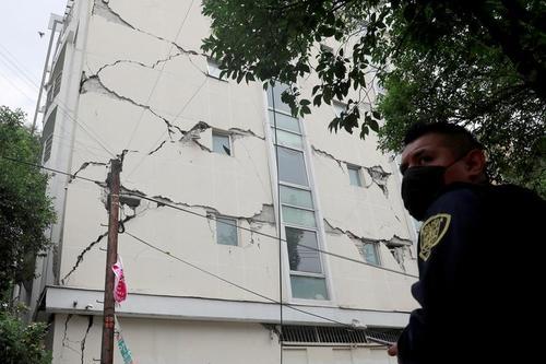 ساختمانی آسیب دیده از زلزله در پایتخت مکزیک/ رویترز