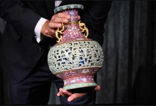 حراج یک گلدان چینی نفیس متعلق به قرن هجدهم میلادی از سوی شعبه آسیایی حراجی