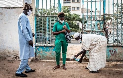 ضدعفونی کردن پاهای یک دانش آموز دبیرستانی در شهر داکار (پایتخت) سنگال به محض ورود به مدرسه/ خبرگزاری فرانسه