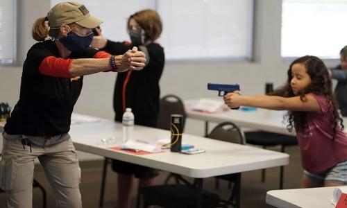 آموزش ایمنی سلاح به دانشآموزان در کمپی تابستانی در شهر شهر