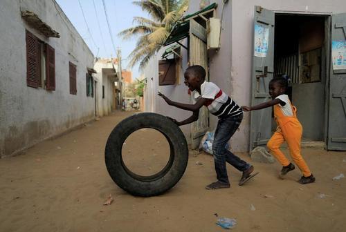 بازی با تایر خودرو در شهر داکار سنگال/ رویترز