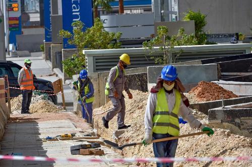 کارگران یک پروژه شهرسازی در حال کار با ماسک/ ریاض