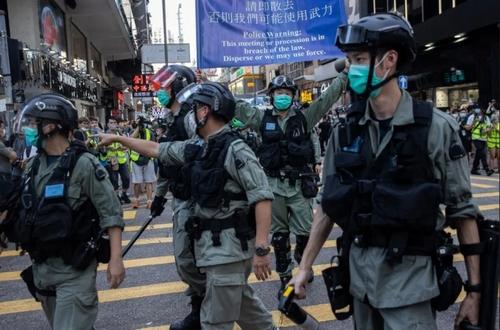 پلیس هنگکنگ در حال متفرق کردن تظاهرات کنندگانی که برای اعتراض به لایحه جدید امنیت ملی گردهم آمدهاند./ EPA