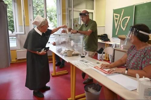 مرحله دوم انتخابات شهرداریها در فرانسه. یک راهبه در شهر
