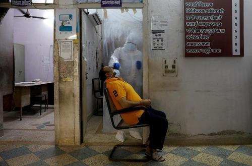 یک مرکز تست گیری از افراد مشکوک به کرونا در شهر دهلی هند/ رویترز