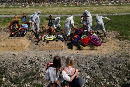 دفن فوتیهای کرونا در حضور جمع محدودی از اعضای خانواده متوفیان در شهر