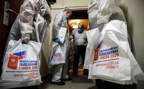 رایگیری سیار در همهپرسی اصلاح و تغییر قانون اساسی روسیه در مقابل خانه یک شهروند سالمند ساکن شهر مسکو/ خبرگزاری فرانسه